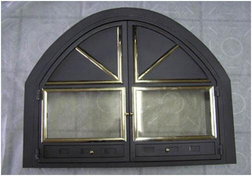 Врата за сводеста открита камина с месингови орнаменти