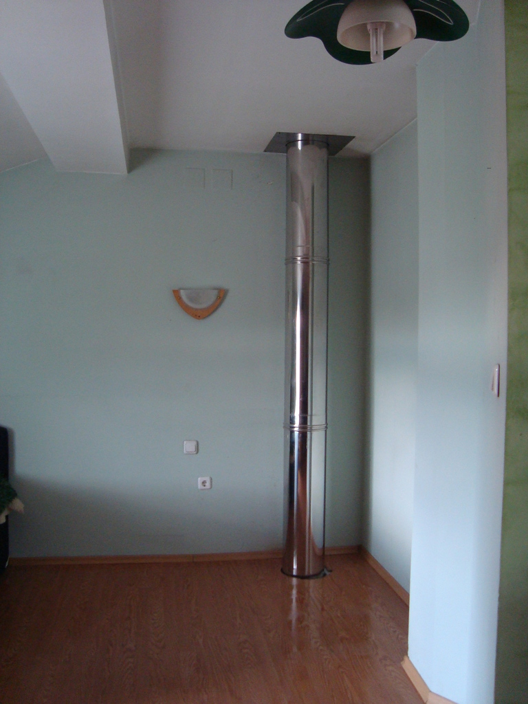 Металните димоходни тръби могат да бъдат включени в интериора на помещението без допълнителна декорация